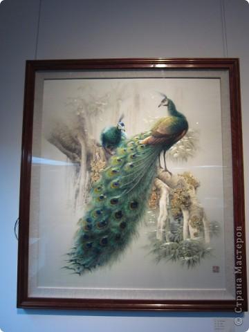 Доброго всем времени суток!  Приглашаю всех пройтись по залу вышивки в рамках биеннале современного китайского искусства.  Все работы - вышивка шёлком.  фото 7