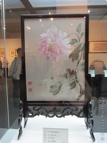 Доброго всем времени суток!  Приглашаю всех пройтись по залу вышивки в рамках биеннале современного китайского искусства.  Все работы - вышивка шёлком.  фото 11