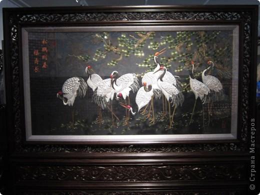 Доброго всем времени суток!  Приглашаю всех пройтись по залу вышивки в рамках биеннале современного китайского искусства.  Все работы - вышивка шёлком.  фото 2