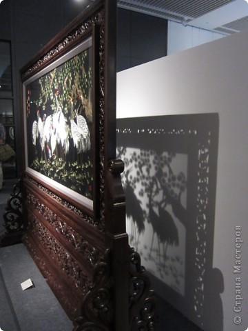 Доброго всем времени суток!  Приглашаю всех пройтись по залу вышивки в рамках биеннале современного китайского искусства.  Все работы - вышивка шёлком.  фото 3