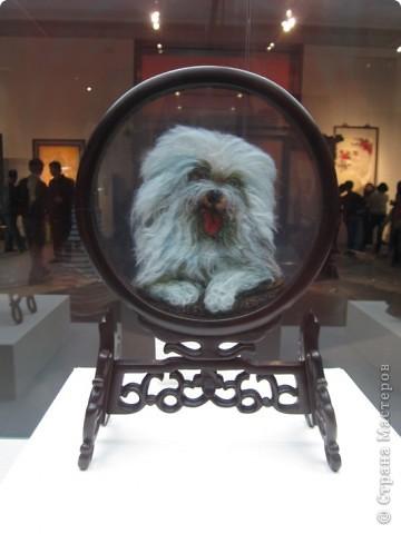 Доброго всем времени суток!  Приглашаю всех пройтись по залу вышивки в рамках биеннале современного китайского искусства.  Все работы - вышивка шёлком.  фото 17