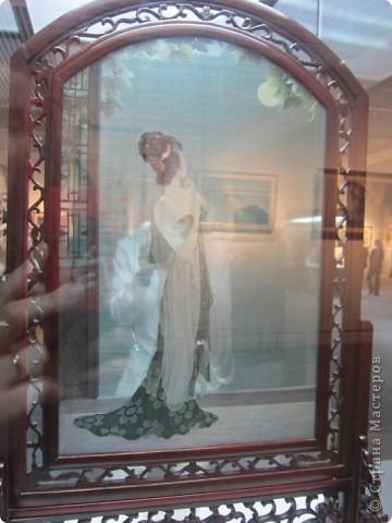 Доброго всем времени суток!  Приглашаю всех пройтись по залу вышивки в рамках биеннале современного китайского искусства.  Все работы - вышивка шёлком.  фото 15