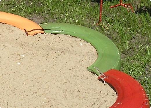 Песочница для племяшки :) Половинки автомобильных покрышек покрашены, соединены между собой и закреплены колышками к земле.......  фото 2