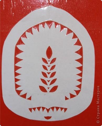 """Вытынанка (от украинского слова «витинати» - вырезать) – это один из видов декоративно-прикладного искусства, который основывается на изготовлении ажурных узоров, орнаментов, небольших картин из белой, черной или цветной бумаги.  Этот вид творчества существует с древних времен. Появилось оно первоначально в Китае, вскоре после того, как появилась бумага. По мере распространения в другие страны, это искусство менялось в соответствии с бытом и традициями народов.   Славянские народы вырезали символы-обереги из бумаги, декорировали аппликациями из кожи одежду, украшали деревянными резными вытынанками фасады домов, предметы быта или кухонную утварь. Простейшей вытынанкой являются снежинки, вырезанные из бумаги.  В этом блоге я решила выложить свои работы по вытынанке, выполненные в Беларуси, в санатории """"Жемчужина"""", где и освоила этот вид искусства. фото 3"""