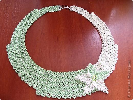 """Колье """"Зеленая поляна"""" сделана по по схеме, которую я взяла вот отсюда http://salon-bisera.ru/patterns/kole-domino. В связи с тем, что подходящего кабошона не оказалось под рукой, то сделала на его месте цветок по МК http://morebisera.com/publ/master_klass/cvety/mini_master_klass_po_izgotovleniju_cvetov/15-1-0-88 немного его декорировав по другому..... фото 2"""