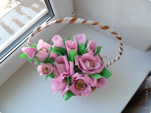 Корзинка с цветами из конфет фото 2