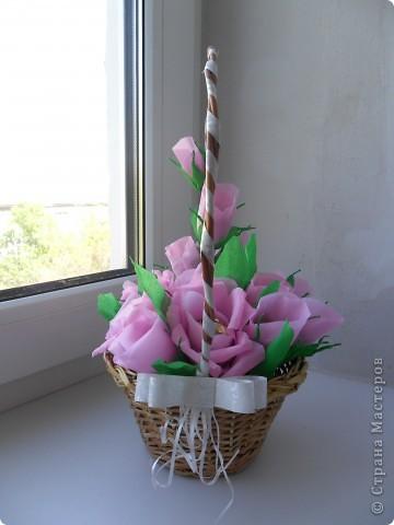 Корзинка с цветами из конфет фото 3