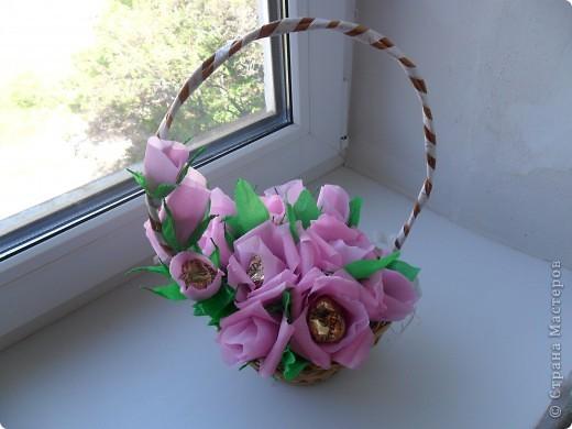 Корзинка с цветами из конфет фото 4