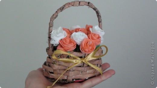 2 в 1)плетение из газет с гофрированными розочками)вот такую корзиночку с  хочу подарить подружке на день рождения)не знаю понравиться ли)это мой дебют никогда не плела такую корзинку да еще и миниатюрную) фото 1