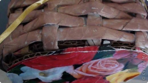 2 в 1)плетение из газет с гофрированными розочками)вот такую корзиночку с  хочу подарить подружке на день рождения)не знаю понравиться ли)это мой дебют никогда не плела такую корзинку да еще и миниатюрную) фото 5