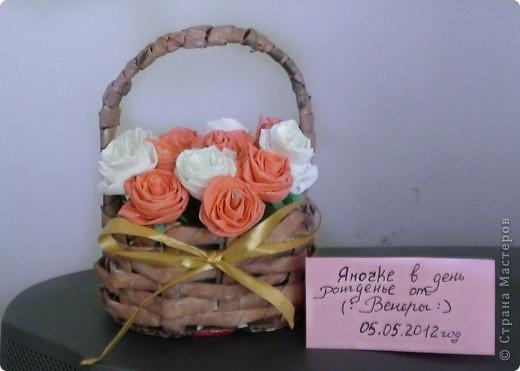 2 в 1)плетение из газет с гофрированными розочками)вот такую корзиночку с  хочу подарить подружке на день рождения)не знаю понравиться ли)это мой дебют никогда не плела такую корзинку да еще и миниатюрную) фото 2