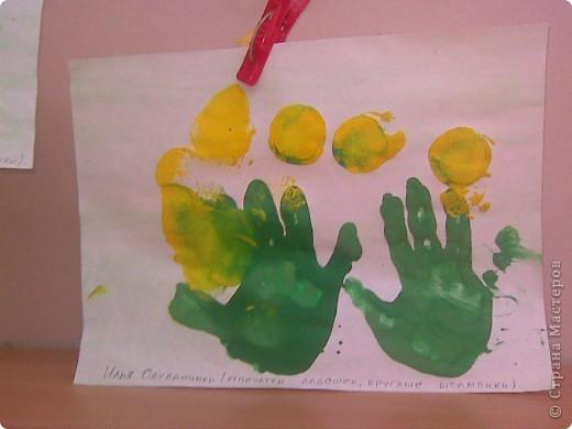 Рисовали с малышами одуванчики. Стебельки и листья - отпечатки ладошек, цветы печатали круглыми поролоновыми штампиками. Детям от 2 до 3 лет. фото 6