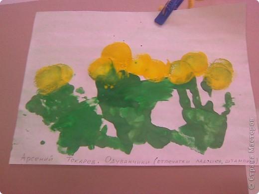 Рисовали с малышами одуванчики. Стебельки и листья - отпечатки ладошек, цветы печатали круглыми поролоновыми штампиками. Детям от 2 до 3 лет. фото 3