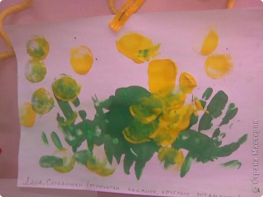 Рисовали с малышами одуванчики. Стебельки и листья - отпечатки ладошек, цветы печатали круглыми поролоновыми штампиками. Детям от 2 до 3 лет. фото 2