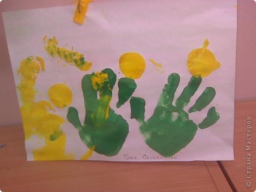 Рисовали с малышами одуванчики. Стебельки и листья - отпечатки ладошек, цветы печатали круглыми поролоновыми штампиками. Детям от 2 до 3 лет. фото 4