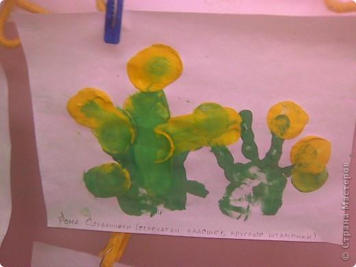 Рисовали с малышами одуванчики. Стебельки и листья - отпечатки ладошек, цветы печатали круглыми поролоновыми штампиками. Детям от 2 до 3 лет. фото 5