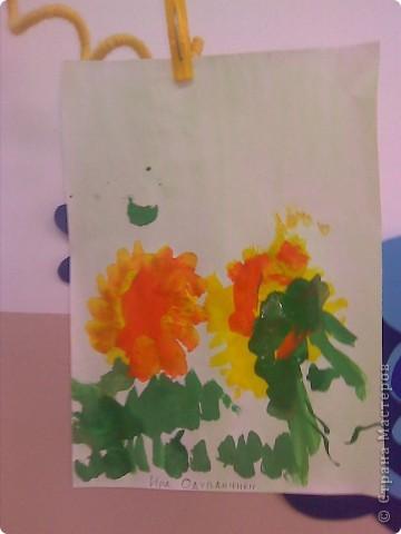 Рисовали с малышами одуванчики. Стебельки и листья - отпечатки ладошек, цветы печатали круглыми поролоновыми штампиками. Детям от 2 до 3 лет. фото 7