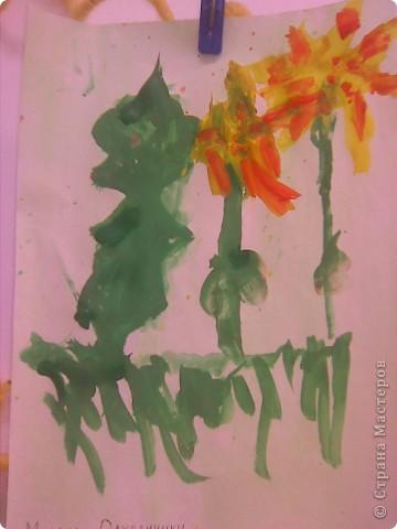 Рисовали с малышами одуванчики. Стебельки и листья - отпечатки ладошек, цветы печатали круглыми поролоновыми штампиками. Детям от 2 до 3 лет. фото 8