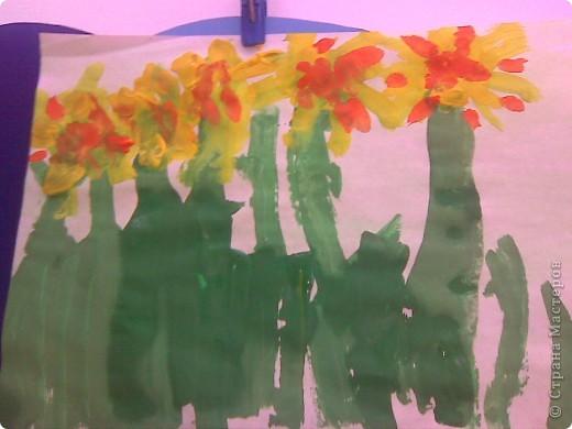 Рисовали с малышами одуванчики. Стебельки и листья - отпечатки ладошек, цветы печатали круглыми поролоновыми штампиками. Детям от 2 до 3 лет. фото 9