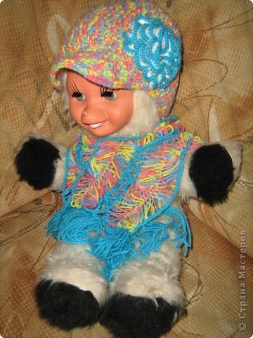 Снова обновила гардероб дочки — связала кепочку и шарфик (на вилке). Алишка позировать не захотела, поэтому модель — чудо-зверь из детства моего мужа.  фото 1