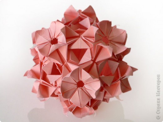 """Снова здравствуйте!  Говорят, что мир тесен. А оригами мир еще теснее.  Сейчас расскажу подробнее.  Недавно Маша-Куся провела широкомасштабную работу на тему """"модуль и его вариации"""". Она показала, как легким движением ловких пальцев можно задекорировать всем известный модуль. Но это еще не все. По законам оригами в зависимости от способа крепления модуль может переходить из одного класса кусудам в другой.  фото 2"""