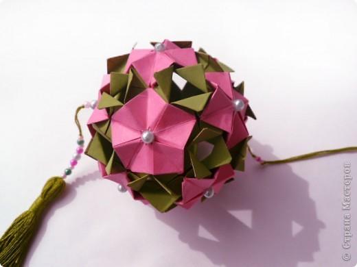 """Снова здравствуйте!  Говорят, что мир тесен. А оригами мир еще теснее.  Сейчас расскажу подробнее.  Недавно Маша-Куся провела широкомасштабную работу на тему """"модуль и его вариации"""". Она показала, как легким движением ловких пальцев можно задекорировать всем известный модуль. Но это еще не все. По законам оригами в зависимости от способа крепления модуль может переходить из одного класса кусудам в другой.  фото 5"""
