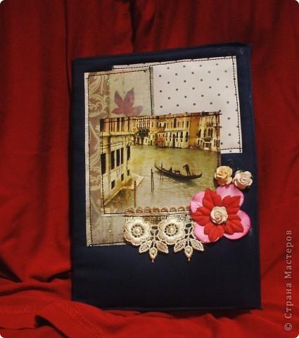 Вообщем натворилось! На день рождения тете подарили пароварку.Отличный подарок,вот только без подходящего блокнота куда? Блокнот покупной,только оформила. Картинка была на коробке вафельного торта. Вот так,ничего на выброс:) На картинке-Венеция.  Картинки разные подбирала,и цветочки,и листочки...А эта,ну просто сама просилась сюда!:) Вообщем рада безмерно: и я,и она:) ну а дальше фото. приятного просмотра фото 1