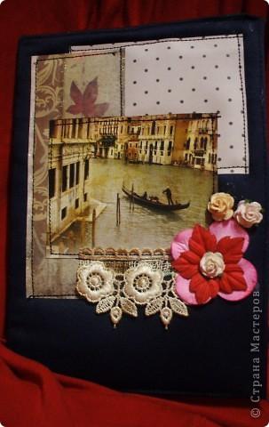 Вообщем натворилось! На день рождения тете подарили пароварку.Отличный подарок,вот только без подходящего блокнота куда? Блокнот покупной,только оформила. Картинка была на коробке вафельного торта. Вот так,ничего на выброс:) На картинке-Венеция.  Картинки разные подбирала,и цветочки,и листочки...А эта,ну просто сама просилась сюда!:) Вообщем рада безмерно: и я,и она:) ну а дальше фото. приятного просмотра фото 2