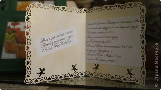 Всем доброго вечера!у меня в самом разгаре уже подготовка к свадьбе и вот уж пригласительные с пылу с жару)У меня к сожалению не было красивой бумаги готовой,пришлось изобретать)На обычную чертёжную бумагу на ПВА наклеила бумагу тишью и прогладила через ещё одну бумажку,потом пока она горячая,создаём пресс(у меня в роли пресса выступала попа))))) фото 4
