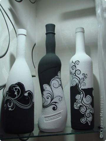 """Наконец-то установили мои любименькие стеклянные полочки ! И тут же встал вопрос : """"Хм, а что же на них поставить ?"""" Эврика ! Черно-белые бутылочки ! Я их уже когда-то делала(работы выложены в моем блоге),только их я раздарила. Делала по этому МК http://stranamasterov.ru/node/315450 и по этому http://stranamasterov.ru/node/305199 . На фото своих работ в этом блоге теперь вижу недочеты, это наверное от того что , ну уж очень мне хотелось побыстрее поставить эти бутылочки на свои места )))) спешила ))) фото 2"""