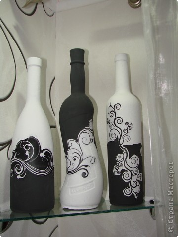 """Наконец-то установили мои любименькие стеклянные полочки ! И тут же встал вопрос : """"Хм, а что же на них поставить ?"""" Эврика ! Черно-белые бутылочки ! Я их уже когда-то делала(работы выложены в моем блоге),только их я раздарила. Делала по этому МК http://stranamasterov.ru/node/315450 и по этому http://stranamasterov.ru/node/305199 . На фото своих работ в этом блоге теперь вижу недочеты, это наверное от того что , ну уж очень мне хотелось побыстрее поставить эти бутылочки на свои места )))) спешила ))) фото 1"""