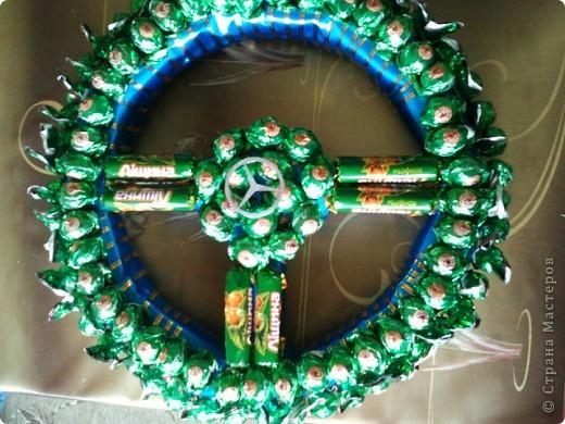 Руль из конфет(использовала, конфеты, лента, клей, картон). фото 1
