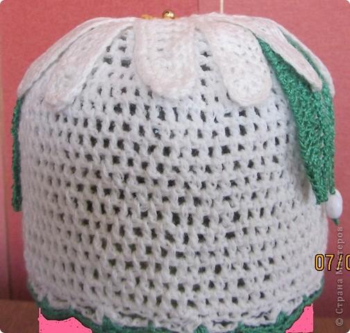 Вот такую шапочку я связала для своей маленькой доченьки. Думаю, кто-нибудь тоже захочет связать похожую, если понравится. За основу взяла шапочку отсюда - http://blog.kp.ru/users/ledi_sharm_narodnaya/post129530638/ Но по ходу слегка импровизировала, так как исходный размер был большой для нас и листочки оказались узковатыми. Поэтому убавляла кол-во петель, обвязывала листики рачьим шагом, а лепестки - столбиками без накида. Вот что получилось! фото 4