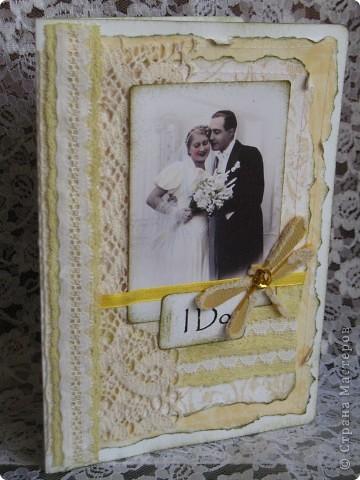 """В очередной раз делала открытку по заданию(теперь делаю это все чаще и пока мне это очень нравится)...нужно было сыграть свадьбу в любом цвете кроме белого...цветные свадьбы дело модное и современное, а мне стало очень любопытно-имели ли место цветные свадьбы во времена,которые подарили нам замечательный и всеми любимый винтаж? Ответ подсказала найденная случайно фотография...на ней невеста в нежно желтом платьице( вопреки приметам, желтый цвет на свадьбе-к богатству)...ну вот от этой """"печки"""" я и сплясала...приглашаю всех посмотреть... фото 4"""