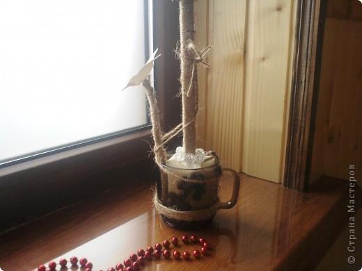Мой первый топиарий, из подручных средств: шар из газет, кофе, силиконовый пистолет, банка от чего-то, обои и несколько мелочей. Кофе в один слой - выглядит несколько похабно, но для первого - сойдет) фото 6