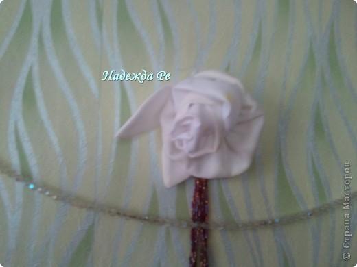 цветочков наделала разных,некоторые пристроились на стене,а некоторые нашли себе местечко на подушечке,на пальто и шляпках фото 1