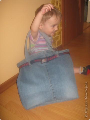 У Вас порвались старые джинсы, или пятно, или просто надоели? Не спешите их выбрасывать. Без особых навычек в шитье, можно сделать нужные и стильные вещи из джинсов. Вот и я насмотревшись в интернете джинсовой красоты рискнула. Буквально пару часов и готово. Конечно не шедевры, но я довольна результатом. Так что не бойтесь учиться шить. Попробуйте очень увлекательно. фото 5