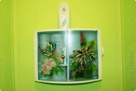Продолжаем развлекать себя и близких украшением окружающих нас предметов. Представляю Вам шкафчик (я его повесила в туалетной комнате для всяких нужностей: бумага, освежитель и т.д.). фото 4