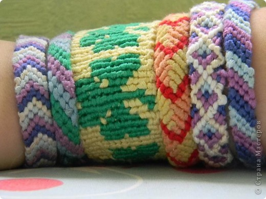 Все феньки кроме широкой сплетены косым плетением. фото 1