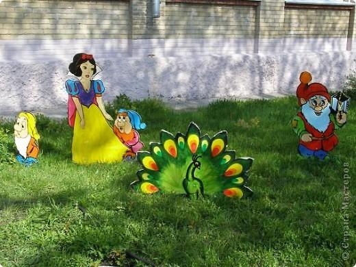 У нашей школы появилась традиция-украшать школьный двор. Мы с ребятами начальной школы  и родителями сажаем рассаду цветов, а старшие ребята её высаживают(создаётся трудовой отряд в городском лагере). А в этом году ещё и силами родителей созданы красивые фигурки, украшающие дворик. фото 15