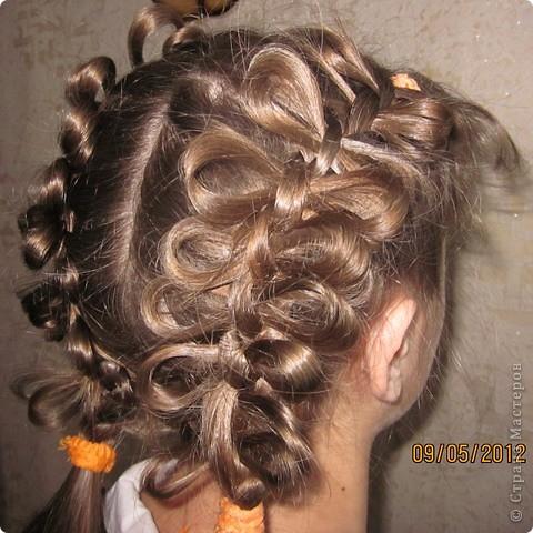 Вот такую причёску сделала сегодня дочке, когда шли на празднование Дня Победы! А училась тут - http://www.zapletajsja.ru/2011/11/blog-post.html