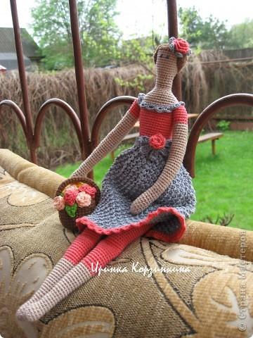 Мне очень нравятся Тильды, но шить я не люблю. Так что..., представляю вам Тильду вязанную... Куколка цельновязанная. Пришиты только руки. Размер куклы - 30 см. фото 2