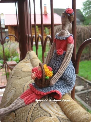Мне очень нравятся Тильды, но шить я не люблю. Так что..., представляю вам Тильду вязанную... Куколка цельновязанная. Пришиты только руки. Размер куклы - 30 см. фото 3
