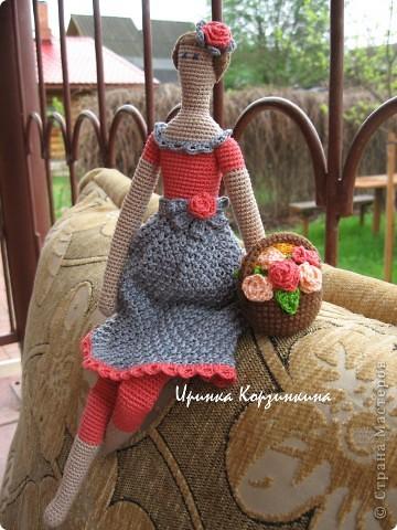 Мне очень нравятся Тильды, но шить я не люблю. Так что..., представляю вам Тильду вязанную... Куколка цельновязанная. Пришиты только руки. Размер куклы - 30 см. фото 1