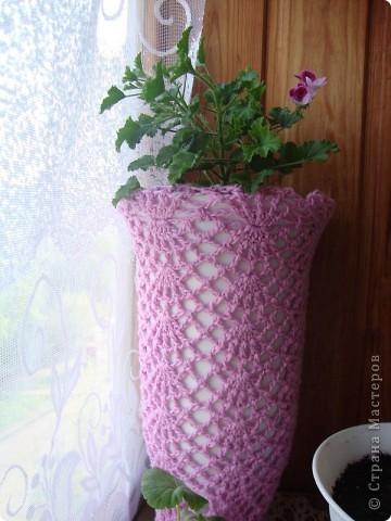 Это кашпо для цветочного горшка из рукава старой кофты.  Я распустила столько, что бы осталось по высоте горшочка.  фото 4