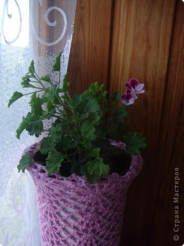 Это кашпо для цветочного горшка из рукава старой кофты.  Я распустила столько, что бы осталось по высоте горшочка.  фото 5