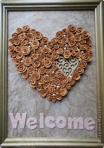 Здравствуй, страна! Вот такую табличку на дверь сделала я для одного салона красоты. Формат ее А4. Розы из пластики, надпись из фетра.