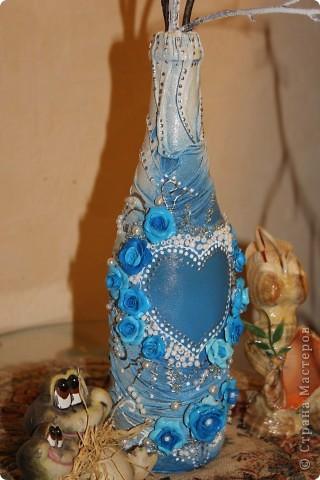 Бутылка из-под шампанского, обклеена капроновыми колготами, цветы из пластики и бисер. фото 1