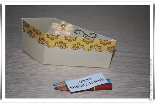 Одна девочка попросила сделать СУПЕР-открытку для любимой тёти......... идея не моя, найдена на просторах Инета. Тортик состоит из 12 кусочков, в каждом из которых пожелание и небольшой предметик, соответствующий пожеланию )) фото 10