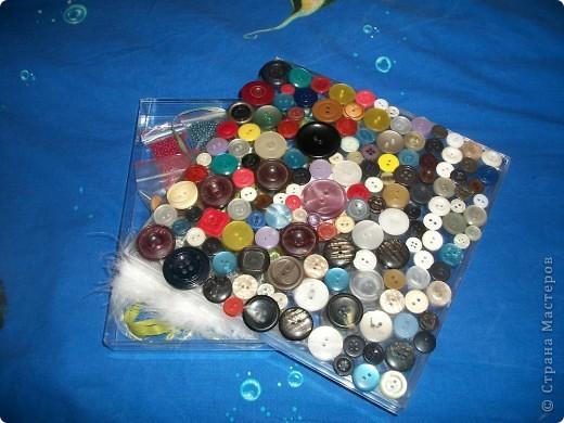 Немного фантазии, и никому не нужная пластиковая коробка из-под конфет превращается в замечательную яркую коробочку для рукоделия. фото 1